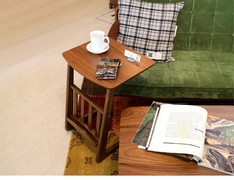 ソファの隣で便利なサイドテーブル