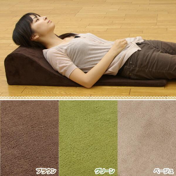 背もたれにしたり、枕にしたり、ちょっと横になりたい時にちょうどいいクッションです。
