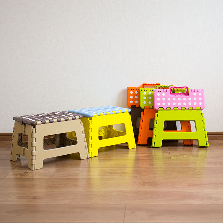 踏み台「CRAFTER STOOL M(クラフタースツール M)」の画像。踏み台や折りたたみの椅子として、お家に1台あるととってもお役立ち。折りたたむとカバンのようなカタチになり持ち運びも楽で、収納も簡単。