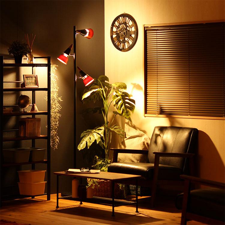 フロアライト「ビークフロア」の画像。スチールと天然木で構成された3つのシェードからあふれる灯り。間接照明としてもスポット照明としても使えるフロアライトです。