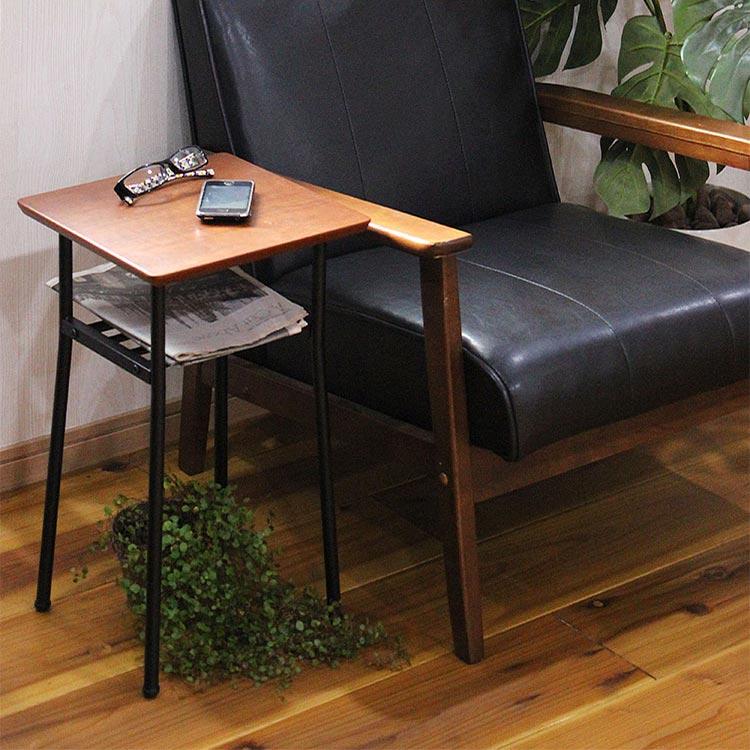 天然木ウォールナット突板を贅沢に使い、棚を取り付け更に利便性を求めた「Loquax(ロカス) サイドテーブル」。正方形のミニタイプが登場しました。ソファに座ったときにちょうど手が届きやすい、ちょっと低めのサイドテーブルです。コンパクトなので、置く場所を選びません。
