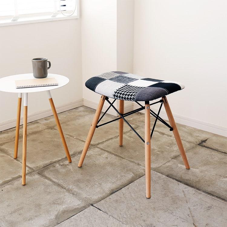 チャールズ&レイ・イームズの名作イームズチェアの美しいデザインを生かし、発売以来、爆発的な人気を博しているセブンカラースツール。こちらのデザインはそのままに、座り心地と温かみをプラスしたファブリック(布地)座面のタイプが登場しました。
