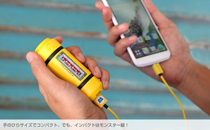 充電器とスマホを手に持って充電している画像。