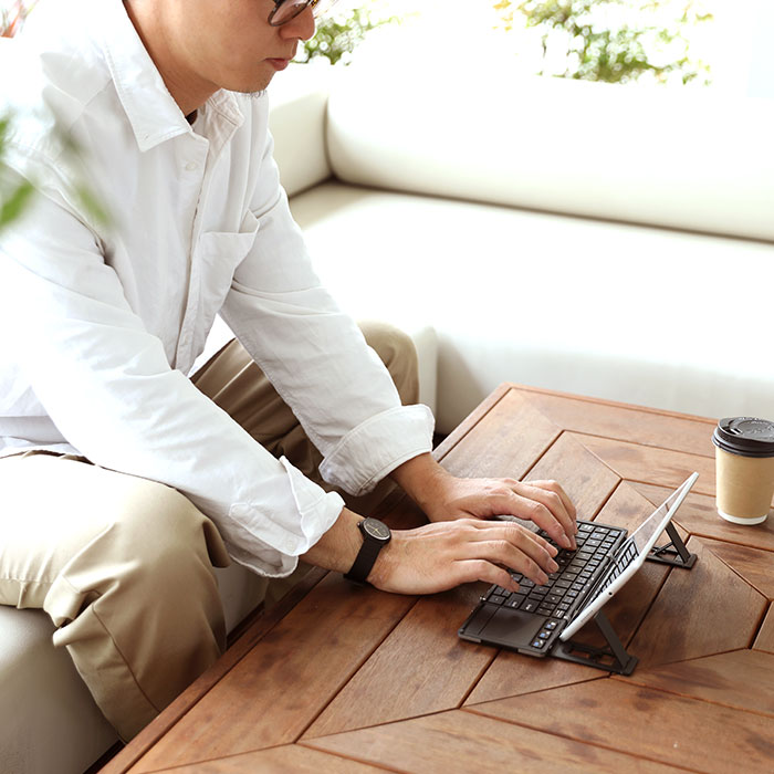 ワイヤレスキーボードを使用している男性