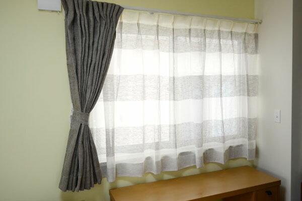 近くに家具がある腰窓カーテンのイメージ