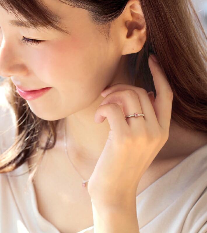 アーガイル産天然ピンクダイヤモンドの18金リングを装着したモデル