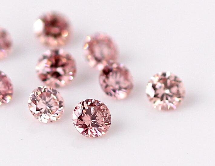 ピンクダイヤモンドのK18ネックレスを装着しているモデルの手