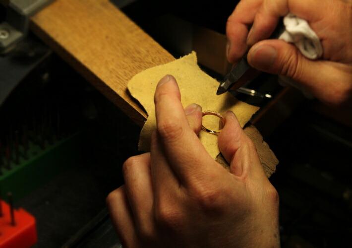 エタニティリング・パフメの型を作っているジュエリー職人
