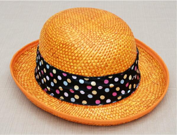秸秆的彩色丝带帽子