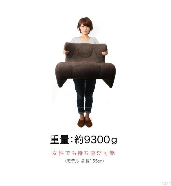 モデル身長155センチの女性が腰楽座椅子コンフォートを持っている画像。