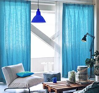 青色のカーテンの使用イメージ