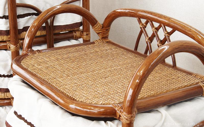 フレーム、バスケットはラタン(籐)を使用しています。プラスチック製品には決して真似する事のできない自然素材家具ならではの温かみや味わい深さを感じます。
