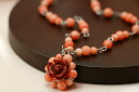 It is feminine with a rose of rose Africa coral & pink coral pendant one it is pretty, and to bloom♪