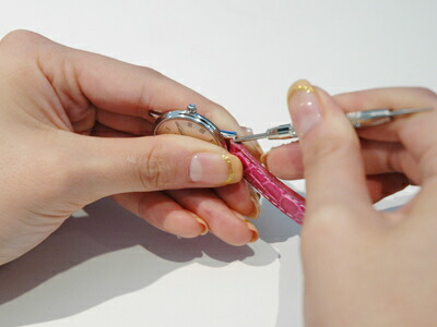 バネ棒を押し下げたまま、時計ベルトを中に入れる。