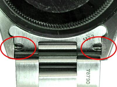 バネ棒を外す為の隙間から、バネ棒の溝が見えます。
