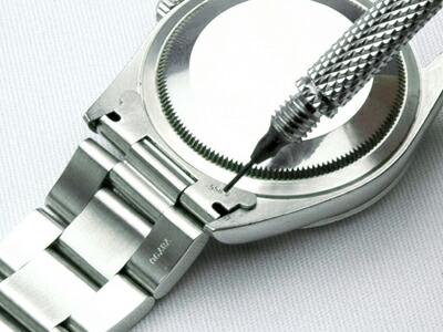 バネ棒はずしのI字型、またはY字型を使って、バネ棒の溝を押し下げます。