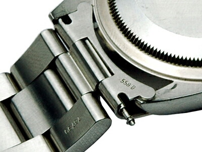 バネ棒の凹部分に工具をひっかけ、バネ棒をずらして外します。