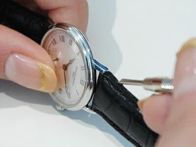 時計のラグと時計ベルトの隙間に、交換用工具のY字型側を差し込む。