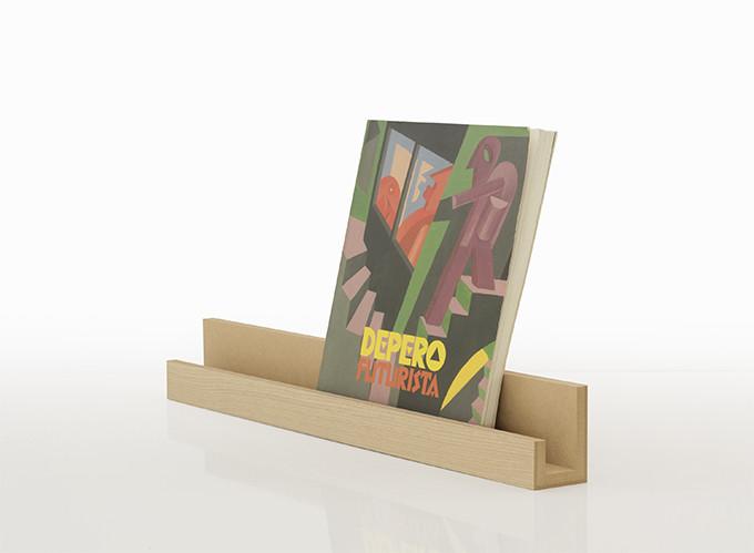 2冊の本を並べられる幅60cmのワイドタイプ。