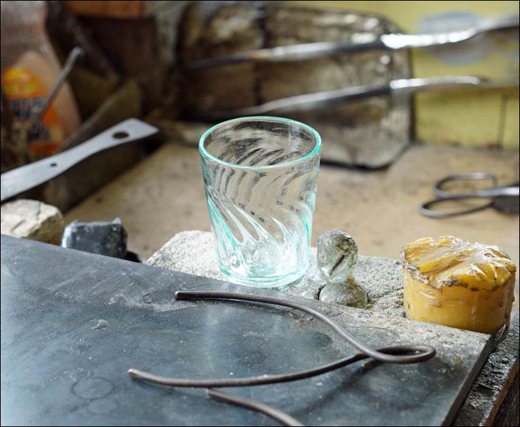 吹きガラスのコップ