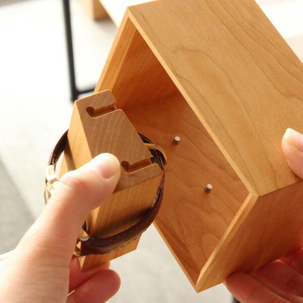 取り外しが簡単な台座によって、腕時計のディスプレイスタンドにはやがわり