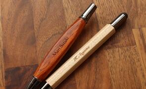 使い込むほどに味わい深くなる木製ボールペン。永く使える想い出の品として。