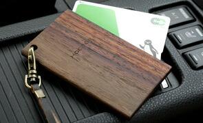 通勤・通学で毎日使うICカードケース。改札でタッチするたびに木の温もりを感じられます。