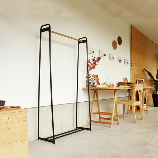 スチールと木のコントラストがおしゃれな木製ハンガーラック・シェルフ