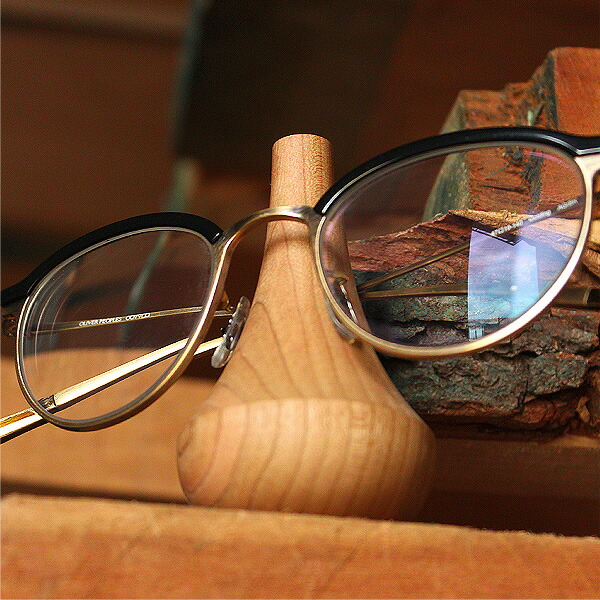 メガネスタンドとして使わない時も美しい木のオブジェとして部屋に溶け込むシンプルなデザイン