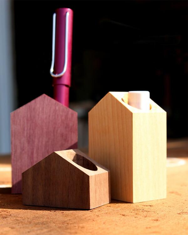 ペンや印鑑、リップスティックを手軽に立てる事が出来る木製スタンド