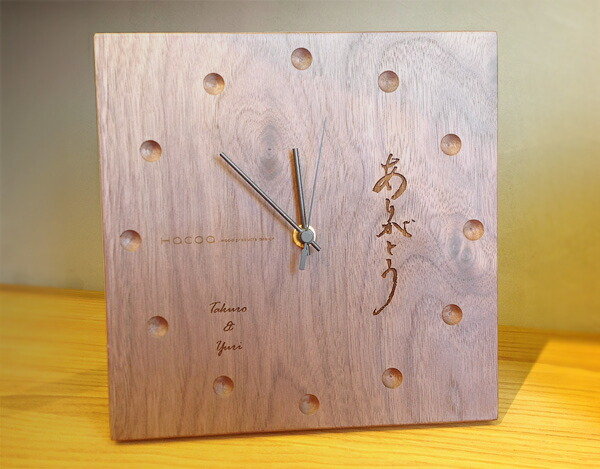 The clock which carved a seal by a message for a wedding present and housewarming to a gift