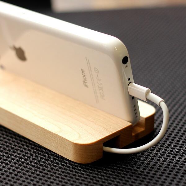 ケーブルを収めるドッグにもなる木製iPhone5cスタンド