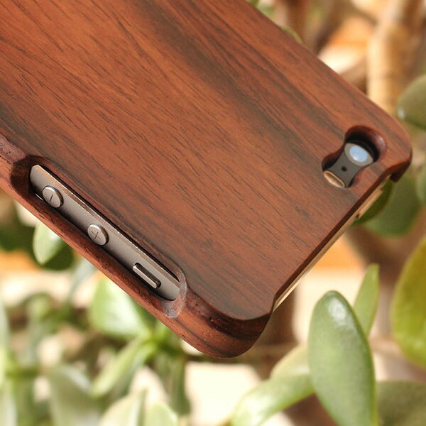 The one piece structure that is rare with the wooden iPhone case