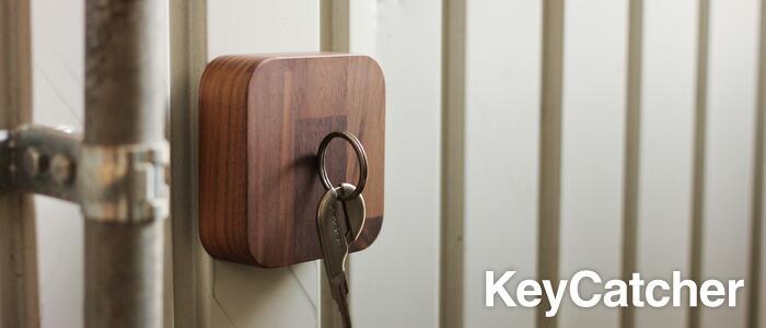 失くしがちな鍵をマグネットで壁面に貼り付けて収納。木製キーキャッチャー