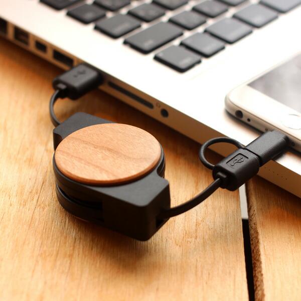 天然木をアクセントにプラスした巻き取り式USB充電ケーブル