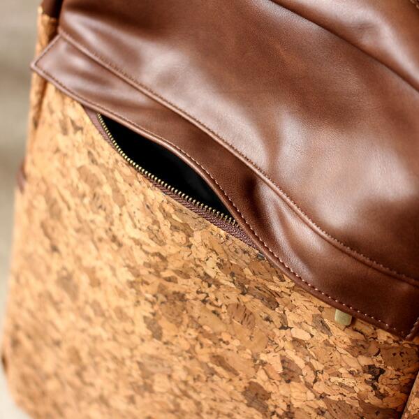 外側にもポケットが1つ。フラップで隠すことも可能