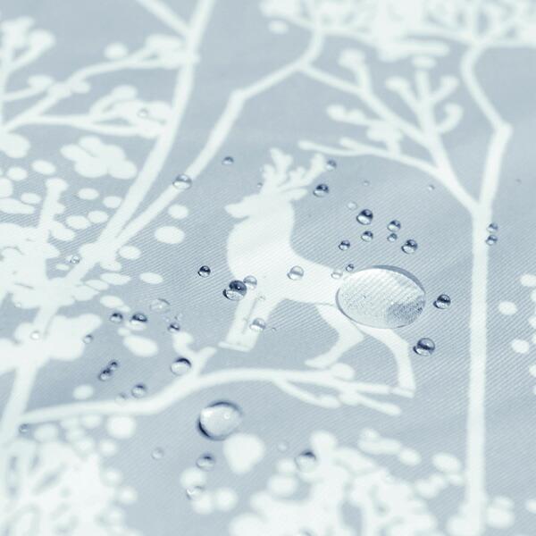 木々の間にシカが隠れているかわいいレインポンチョ。