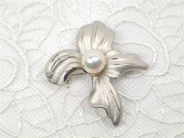 上品な真珠ブローチ