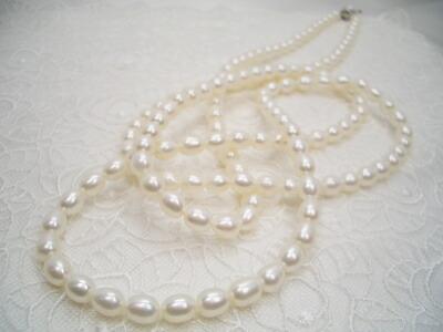 淡水真珠ロングネックレス(置いた状態)