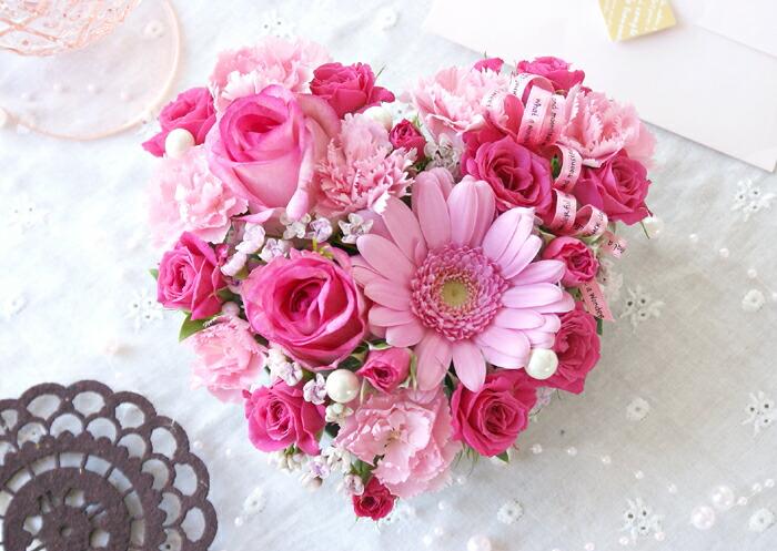 可爱的心形蛋糕插花的鲜花
