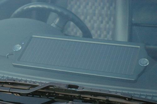 ソーラーチャージャーSE-160付属の吸盤でフロントガラスにペッタリ貼り付け!充電効率を高めます!