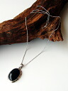 It is with a large drop of black onyx pendant silver chain (60cm long chain)