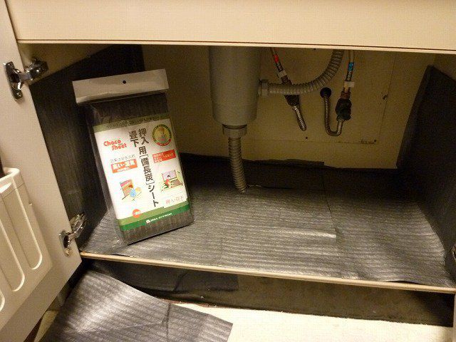キッチン戸棚内や押入れ、収納、下駄箱、シューズボックス、ウォークインクロゼットなど、除湿・臭いの気になる場所への備長炭シート貼り付け・固定に便利なマスキングテープです