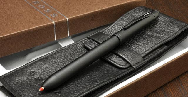 シンプルでエレガント、幅広い世代から人気を集めるクロスの定番マルチペンと、シックなペンケースのセットです。