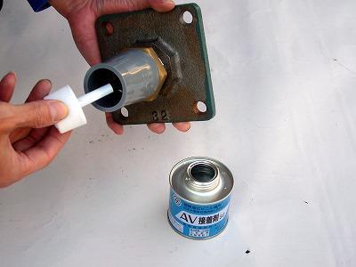 硬質塩化ビニル管用接着剤をソケット内側に塗ります。