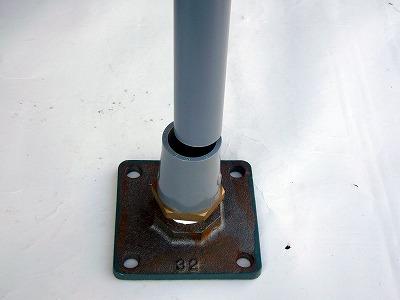 接着剤を塗ったらフランジを地面に置き、必要な長さのパイプをしっかりソケットのなかにしっかりと押し込む