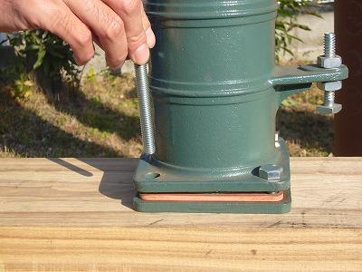 ポンプをその上に置き、ボルトで固定する