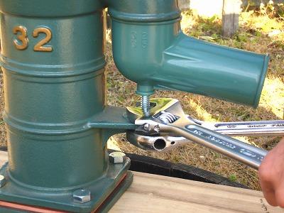 吐出口が左右に軽く動く程度までボルトを締め、上下のナットを互いに締め込みボルトを固定する