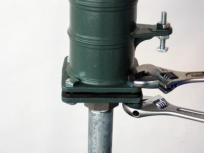 本体を上にのせ、ボルトでしっかりと固定する