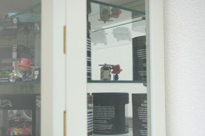 サイドはガラス、背面はミラーなので、色々な見せ方が出来ます